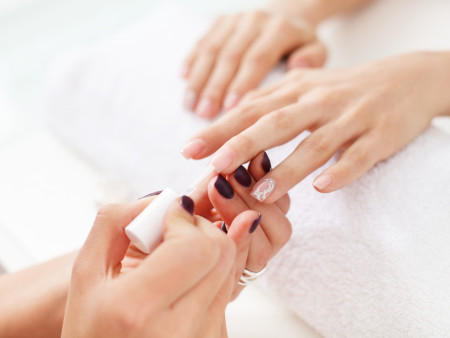 Reinigende gelaatsverzorging 45min + Manicure (incl transparante nagellak)