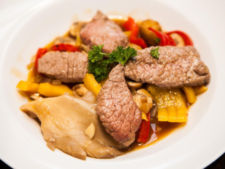 Biefstukreepjes met paprika en gemengde champignons